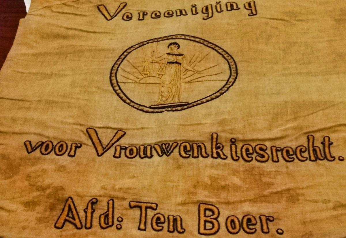 Vaandel van de Vereniging voor Vrouwenkiesrecht Ten Boer